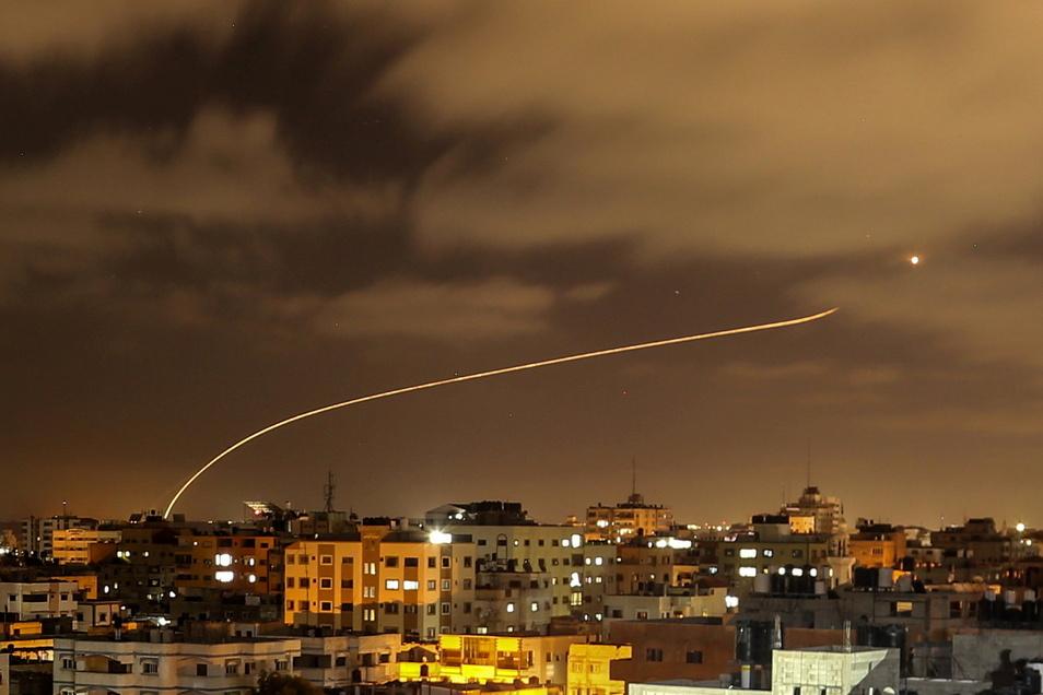 Israel, Gaza: Israels Iron-Dome-Raketenabwehrsystem fängt Raketen ab, die aus dem Gazastreifen in Richtung Israel abgefeuert werden, gesehen vom Gazastreifen aus.