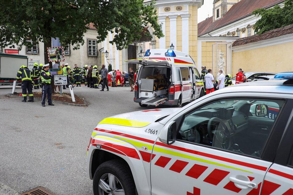 Rettungskräfte sind nach dem Unfall auf dem Wochenmarkt von St. Florian im Einsatz.