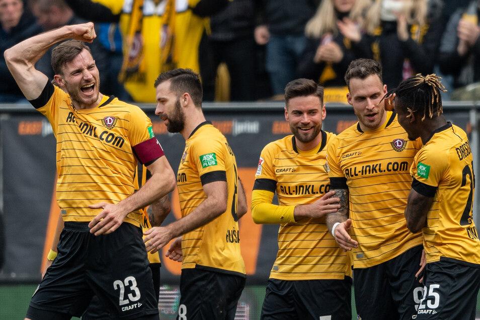 Von links: Dynamos Florian Ballas, Josef Husbauer, Niklas Kreuzer, Patrick Schmidt und Godsway Donyoh bejubeln das Tor zum 2:1.