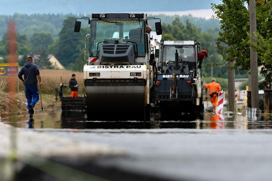 Die Hauptstraße in Rammenau wird am Ortsausgang in Richtung Hauswalde auf einer Länge von 440 Metern grundhaft ausgebaut. Nach derzeitigem Stand werden die Arbeiten bis zum 9. August abgeschlossen, teilt das Landesamt für Straßenbau und Verkehr mit.