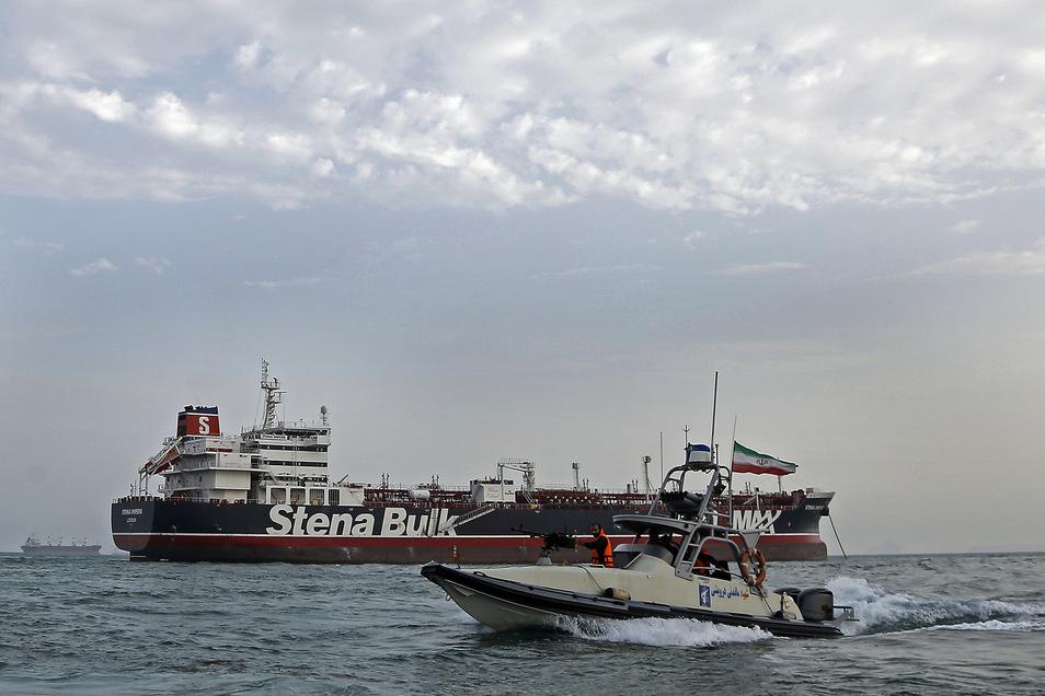 """Ein Schnellboot der iranischen Revolutionsgarde fährt  um den britischen Öltanker """"Stena Impero""""."""