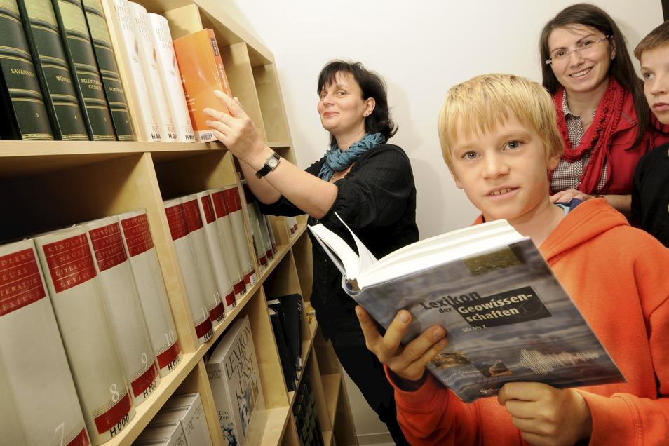 Die Bibliothekarinnen Kathrin Schäfer (li.) und Anja Hofmann in der Lexikothek mit Timotheus (vorn) und Markus.