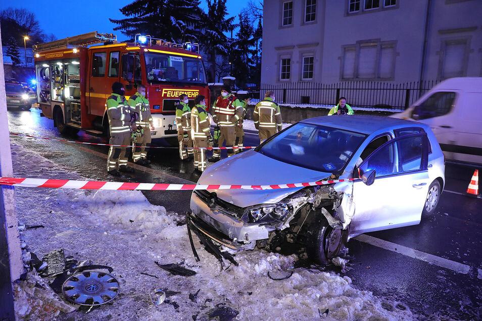 Die Feuerwehr musste nicht löschen, obwohl zunächst Qualm gemeldet wurde nach diesem Unfall.