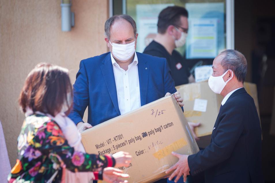 OB Dirk Hilbert nimmt am Mittwoch Tausende Atemschutzmasken vom vietnamesischen Frauenclub Dresden entgegen - eine Spende, vor allem für die Alten- und Pflegeheime der Stadt.