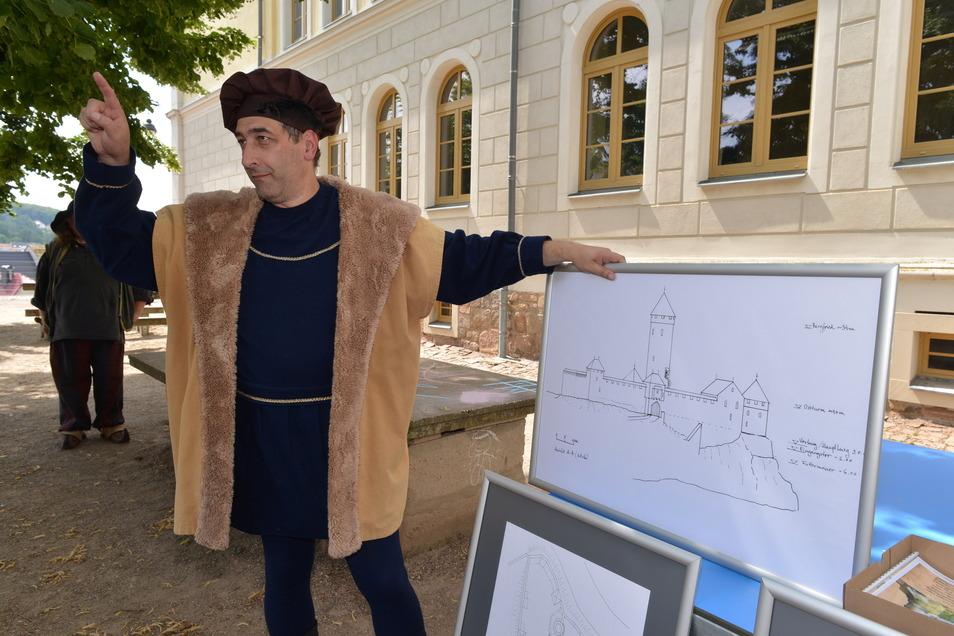 Döbelns Geschichte begann vor 1040 Jahren auf dem Schlossberg. Dort stand die Burg, die der Hobbyhistoriker Ralph Gundram im historischen Kostüm erklärte. Von der Wehranlage ist nichts übrig geblieben. Sie war lange Ruine, nach dem Stadtbrand 1730 gab sie August der Starke auf Bitten der Döbelner zum Abriss frei. Die letzten Reste wurden 1869 beim Bau der Schlossbergschule abgerissen und planiert.