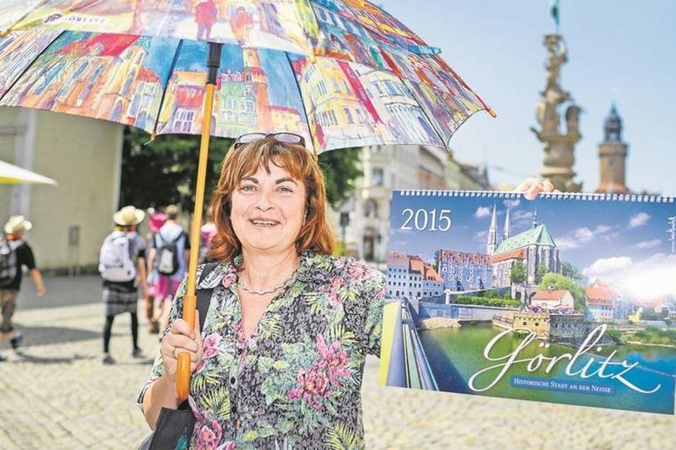 Gut ausgerüstet: Beatrix Heid von i-Vent mit Souvenirs aus Görlitz wie diesem bedruckten Schirm für Regentage, einem der vielen Görlitz-Kalender und einer Görlitz-Tasche, damit Touristen die Souvenirs auch gleich verstauen können. Foto: Pawel Sosnowski