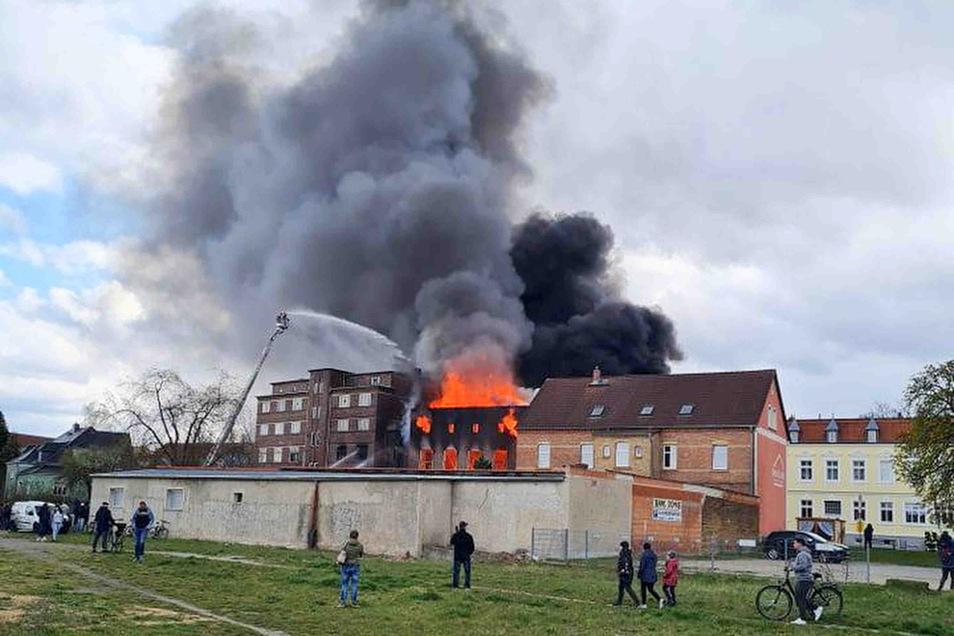 Zu einem Großbrand kam es am Sonntagnachmittag auf der Görlitzer Straße in Weisswasser. Bereits beim Eintreffen der Feuerwehr quoll dichter Rauch aus dem ehemaligen (leerstehenden) Volkshaus, Flammen schlugen aus den Fenstern.