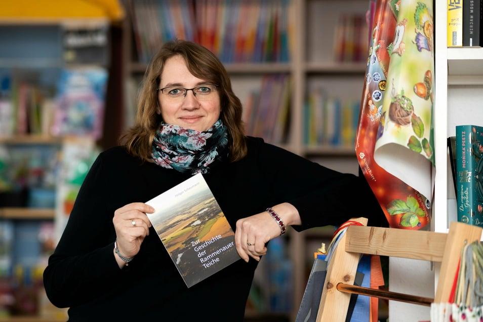 Mandy Heinrich hat mit ihrer Buchhandlung in Bischofswerda von einer speziellen Förderung der Stadt profitiert. Sie empfiehlt ihren Kunden gern regionale Bücher wie das zur Geschichte der Rammenauer Teiche. Derzeit darf sie aber keine Bücher verkaufen.