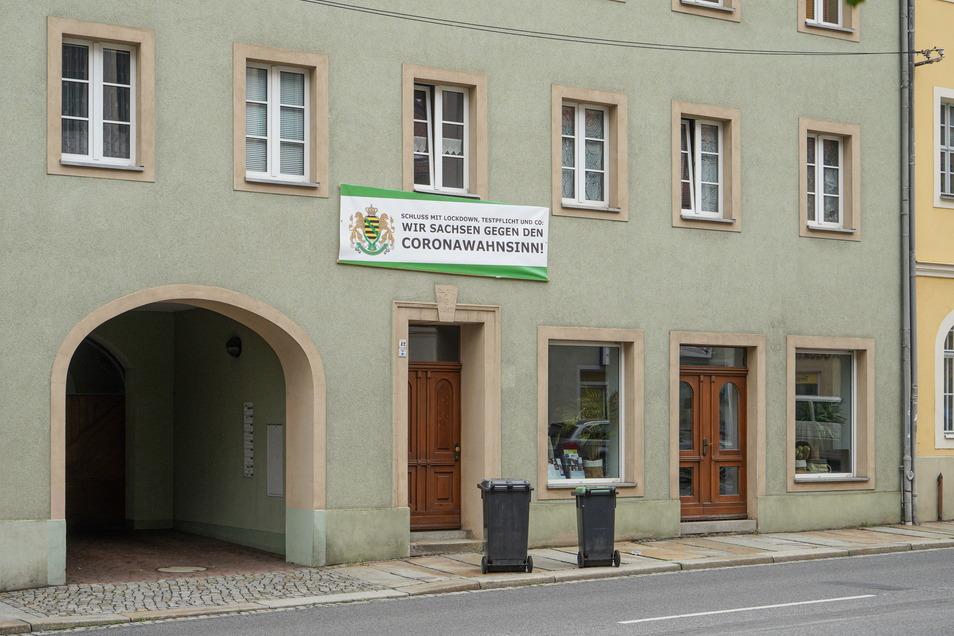 """Auch an einem Haus an der Äußeren Lauenstraße in Bautzen hängt ein Banner der Gruppierung """"Freie Sachsen"""", die der Verfassungsschutz als gesichert rechtsextrem eingestuft hat."""