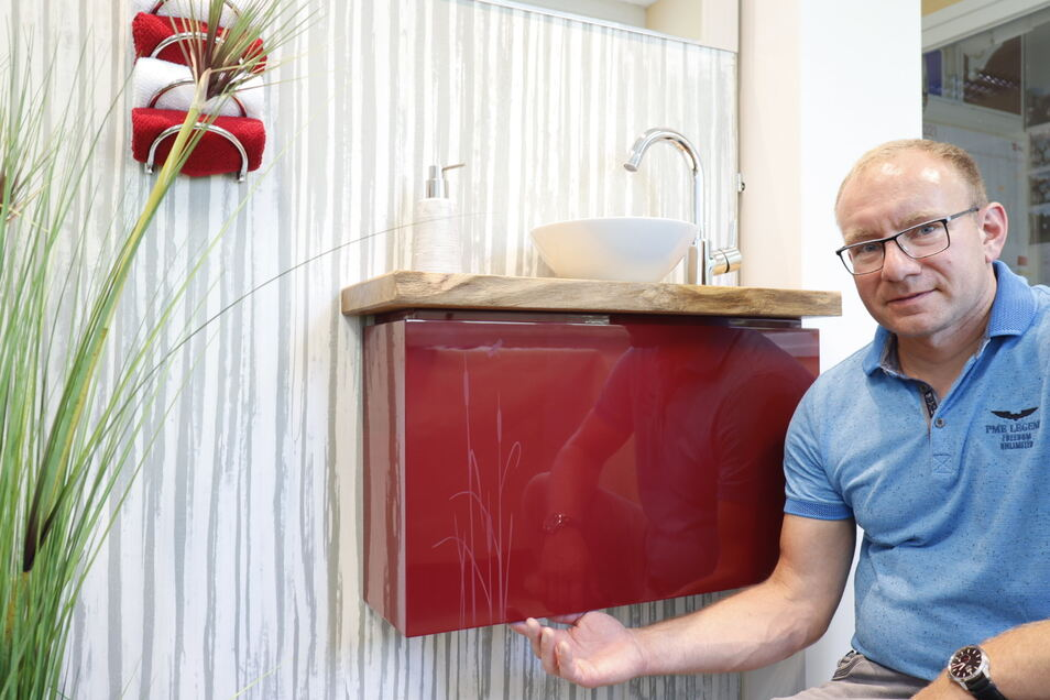 Der 41-jährige Thorsten Sickert gestaltete seine Badwand in Bambusoptik und nutzte die Schleiflack-Technik für den Waschtischunterbau.