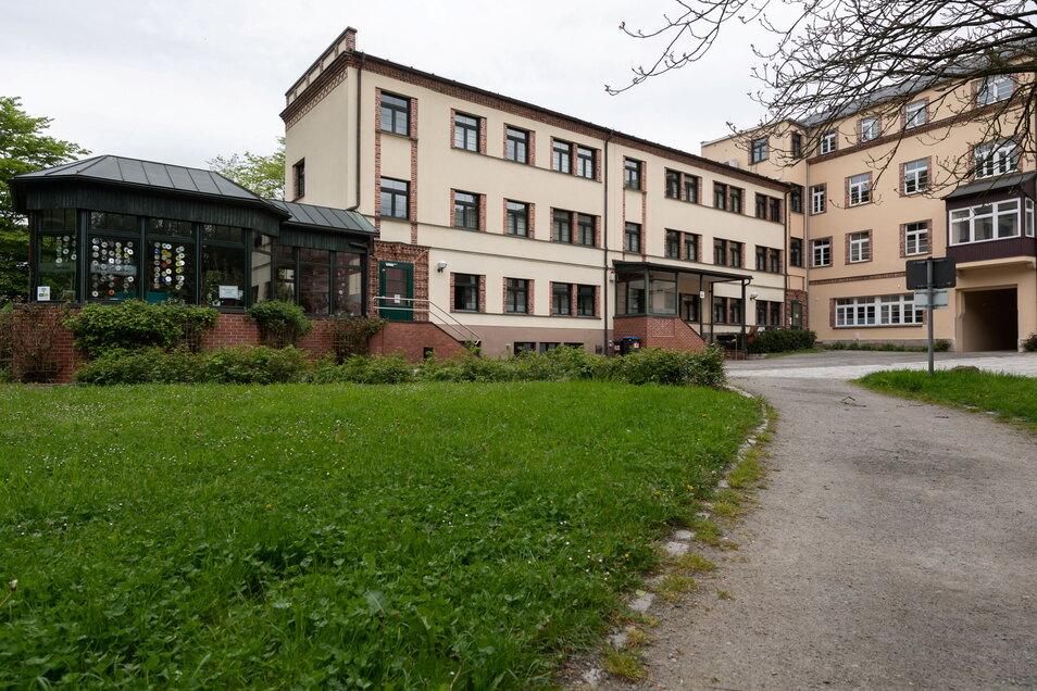 Sängerhof in Sebnitz: Pflaster für den Schotterweg, Licht für den Durchgang.