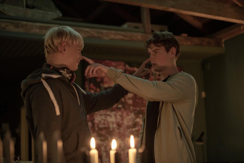 Karl (Anton Petzold, l.) und Kjell Küster (Lukas Zumbrock) bei einem festen Ritual der Brüder.