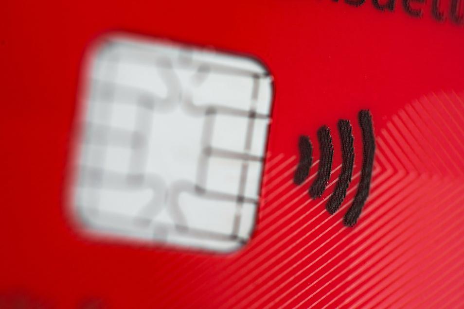 Wer eine EC-Karte mit einem Funkchip für kontaktloses Bezahlen verliert, muss das Risiko damit abgeghobenen Geldes nicht selbst tragen.