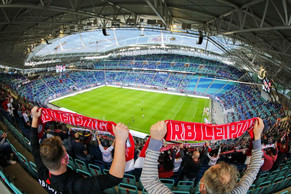 RB-Fans halten ihre Schals hoch. Gegen Schalke waren in der Bundesliga 8.500 Besucher zugelassen.