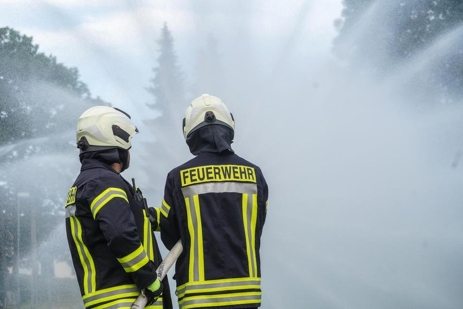 Um einen vermeintlichen Ödlandbrand zu löschen, mussten die Kameraden die Wasserzufuhr aus der Wesenitz sicherstellen, bevor sie den Löschangriff auf der benachbarten Wiese starten konnten.