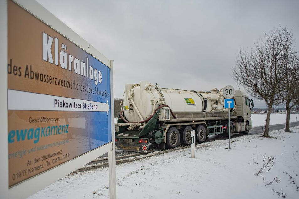 Mit Tankwagen muss derzeit noch der Autozulieferer TDDK in Straßgräbchen Abwässer nach Kamenz bringen. Durch eine Millionen-Investition soll sich das ändern.