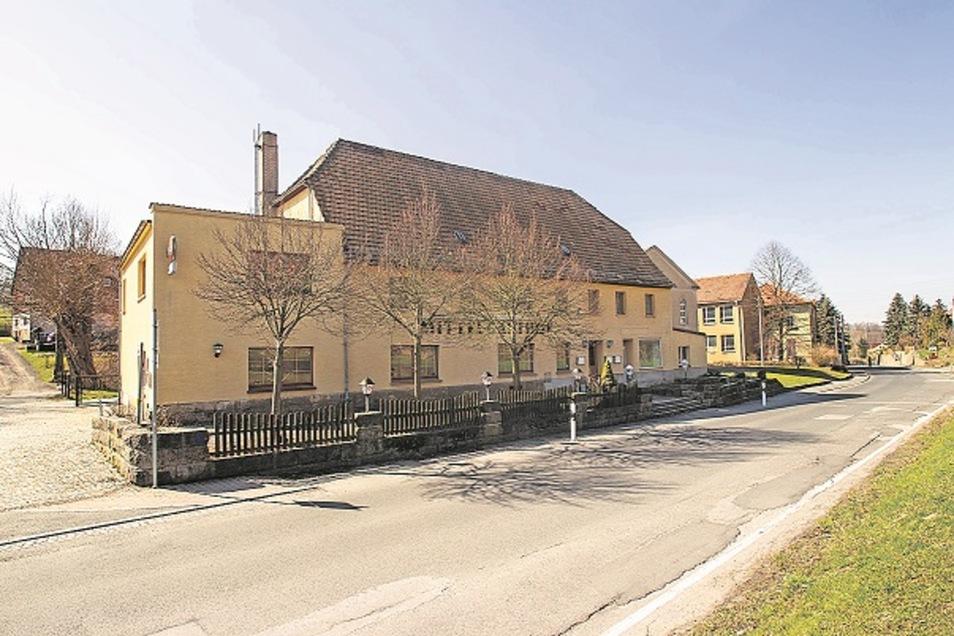 Mittelgasthof. Seit Ende 2014 steht der Mittelgasthof in Struppen leer. Seitdem wird ein neuer Pächter für die Gastronomie gesucht. Bislang ohne Erfolg.
