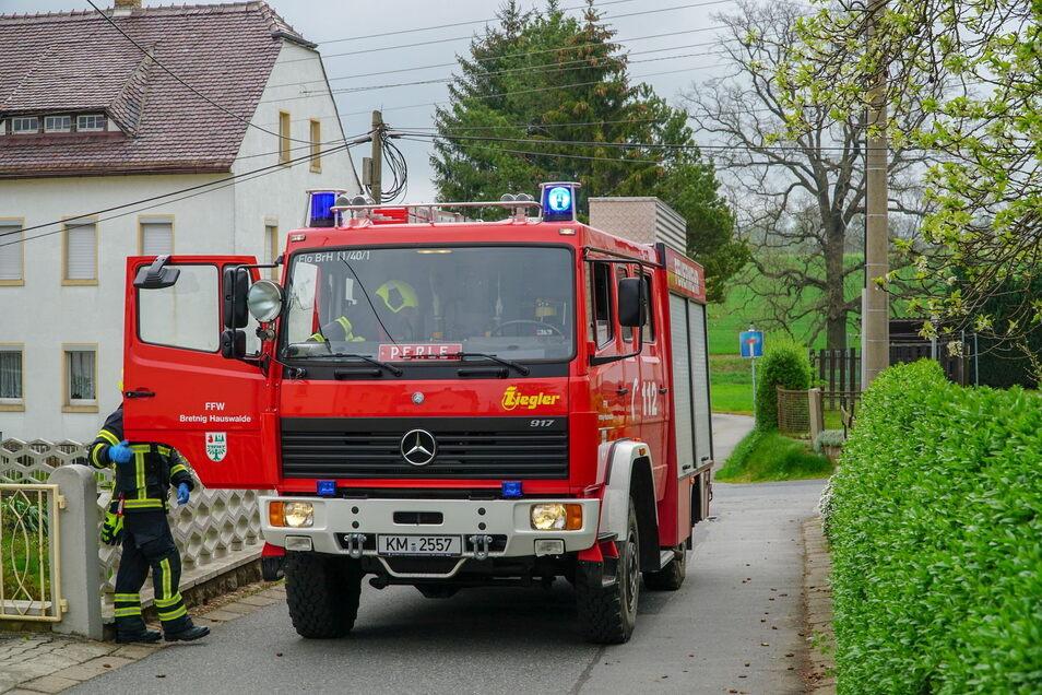 Die Feuerwehr hatte in Bretnig-Hauswalde einen Einsatz, um ausgetretenes Öl aus einer Hydraulikleitung zu binden.