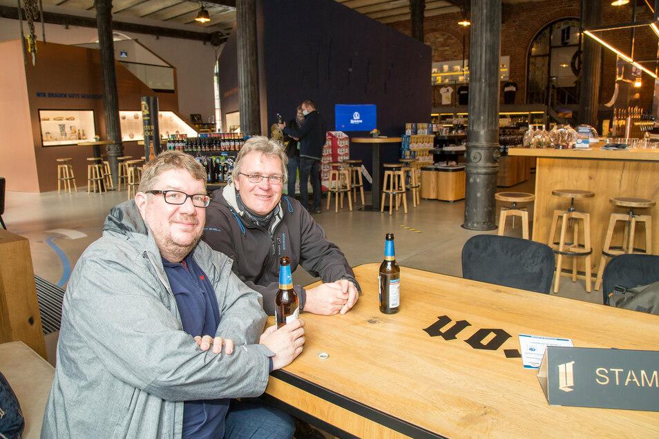 Malte Matthiesen aus Büdelsdorf (links) und Christian Reinel aus Brunsbüttel genießen ein Bier im Besucherzentrum.