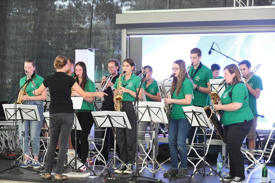 Die Little House Big Band der Musikschule Flöha musiziert im Döbelner Bürgergarten.