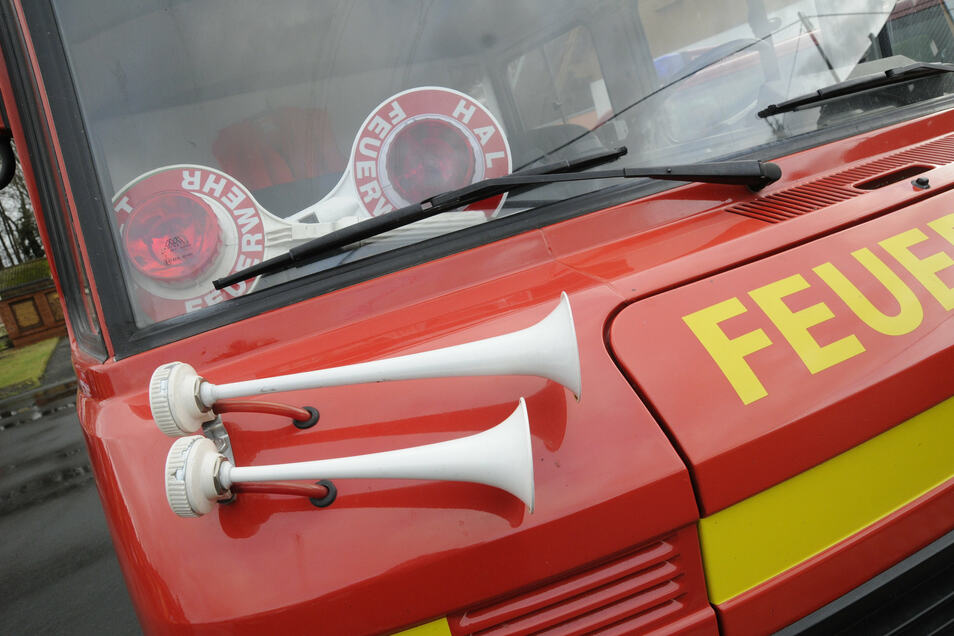 In Leppersdorf (Gemeinde Wachau) nahmen Feuerwehrleute Proben aus den Geräumbach. Er soll verunreinigt worden sein.