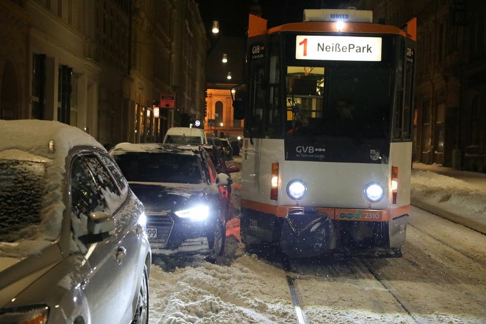 Durch Schneemassen und parkende Autos wird es für die Straßenbahnen in Görlitz oft eng.