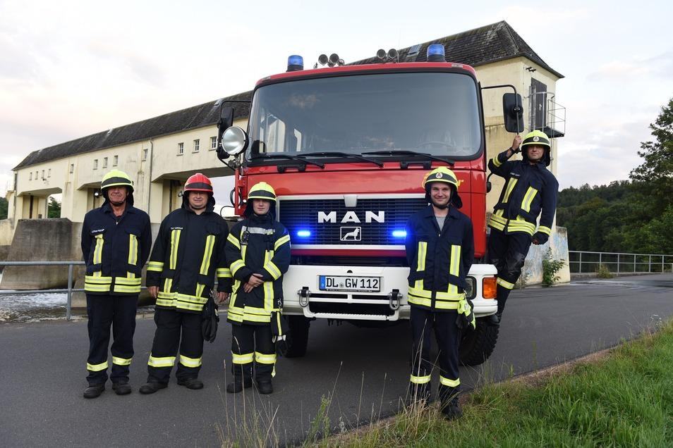 Lothar Fischer, Knut Herrmann, Eric Farkas, Tim Krawczyk und Robert Conrad (von links) freuen sich über das neue, gebrauchte Fahrzeug für ihre Feuerwehr. Das Löschgruppenfahrzeug 16/12 ersetzt den alten Robur LO.