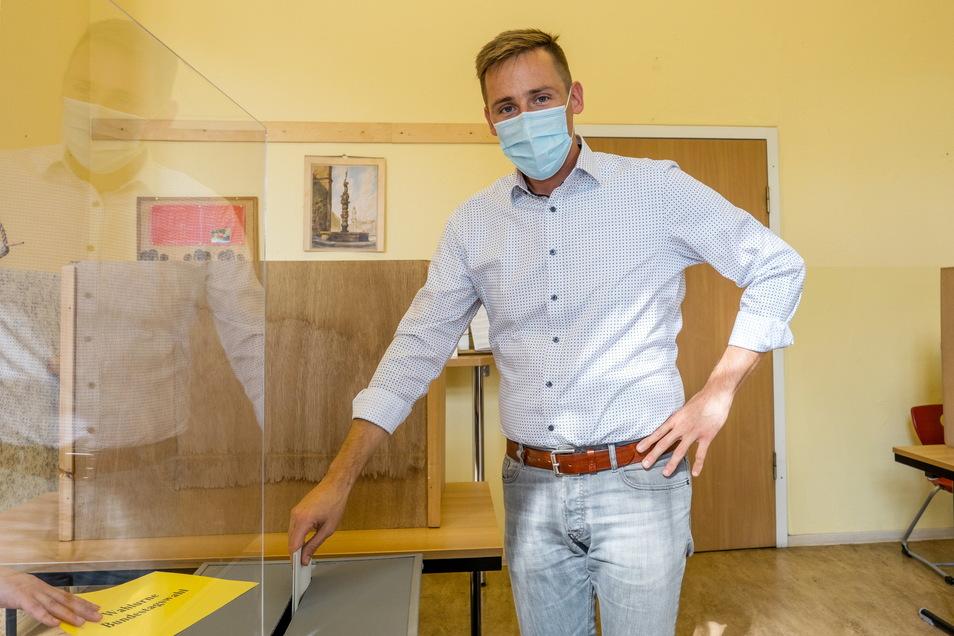 Florian Oest, Direktkandidat der CDU, bei der Stimmabgabe seiner Stimme zur Bundestagswahl