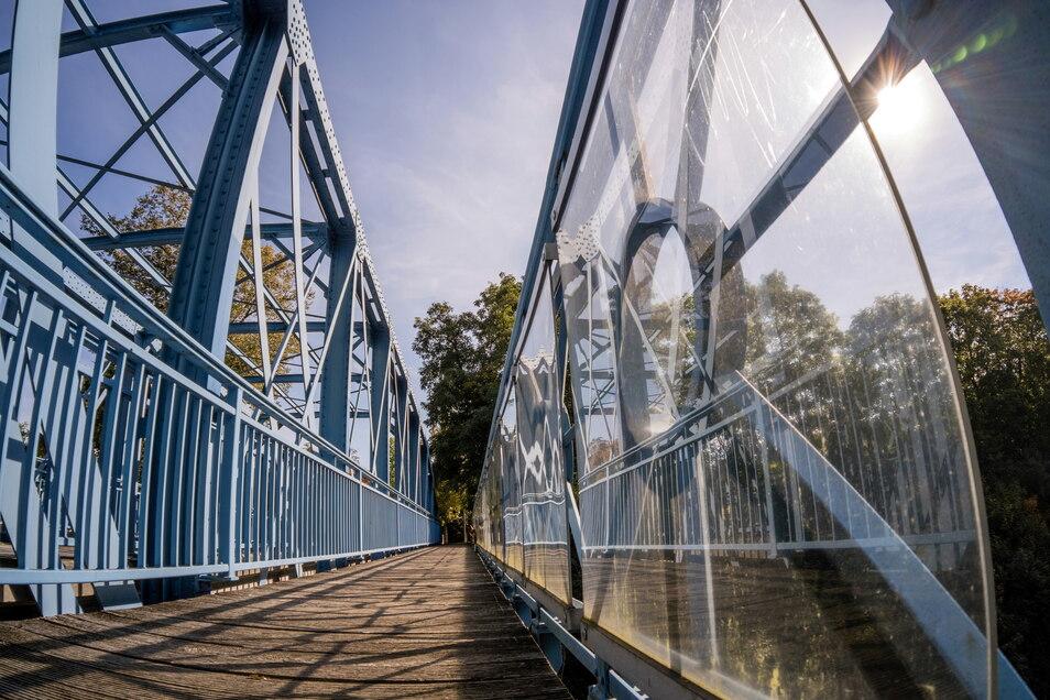 Der Fußgängerweg auf der Görlitzer Teufelsbrücke: das Geländer ist mit Plexiglas verkleidet.
