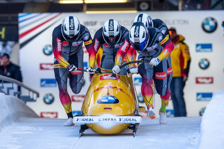 Pilot Francesco Friedrich (vorne) mit Thorsten Margis, Alexander Schüller und Candy Bauer beim Start.