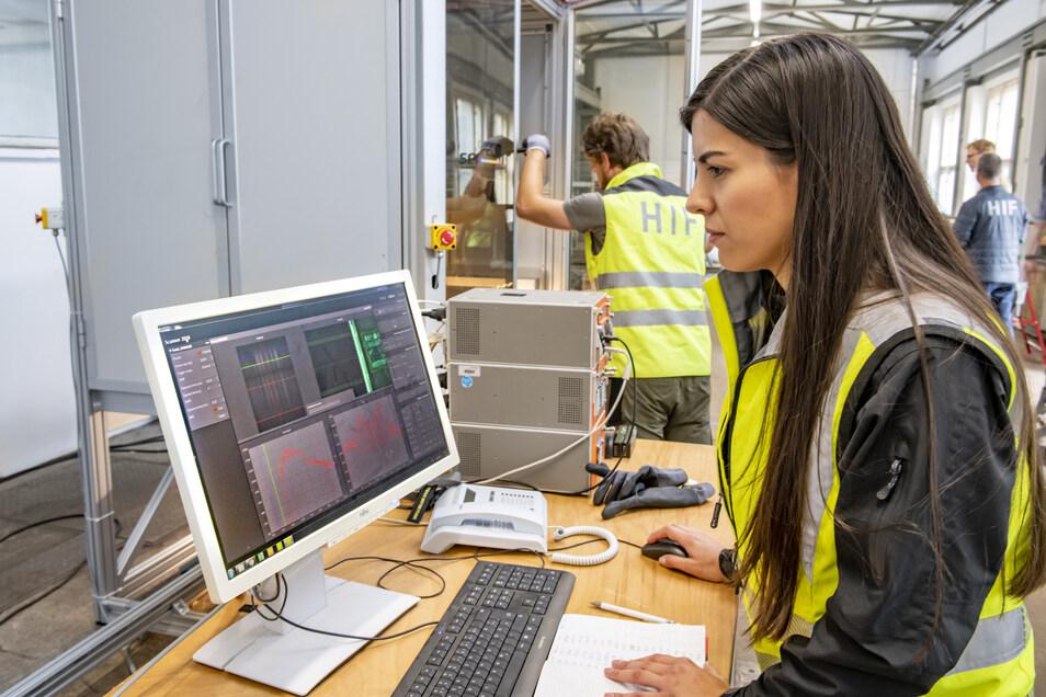 Yuleika Madriz prüft die Qualität der Bohrkernaufnahmen, die mit hyperspektralen Sensoren erfasst werden.
