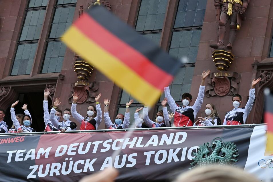 Knapp 100 Olympiateilnehmer lassen sich bei ihrer Rückkehr aus Tokio auf dem Balkon des Römers in Frankfurt feiern.