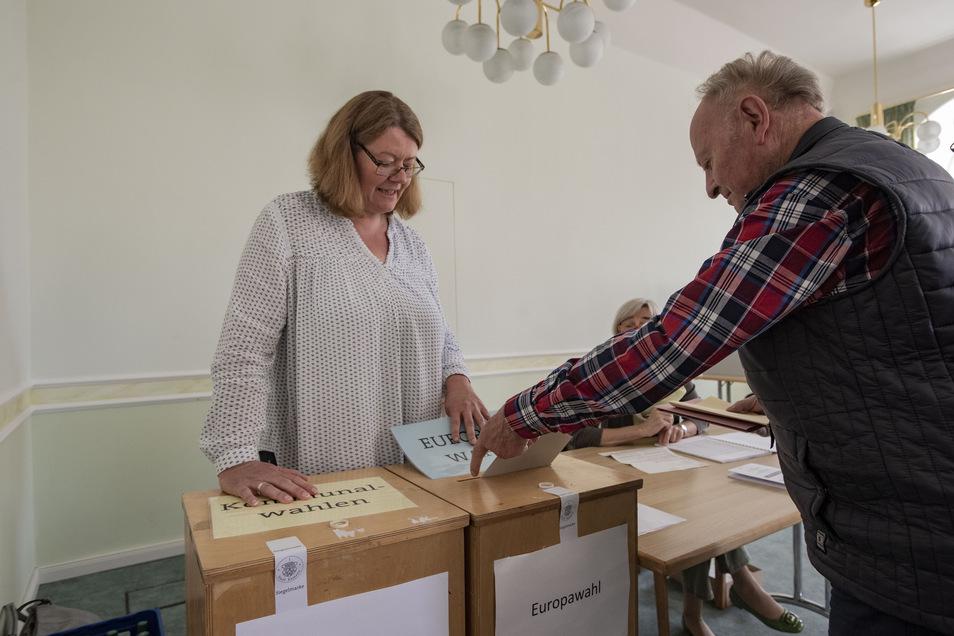 Im Kamenzer Wahllokal im Rathaus gab es zeitweise längere Warteschlangen. Hier steht Inka Edelmann gerade als Wahlhelferin zur Seite