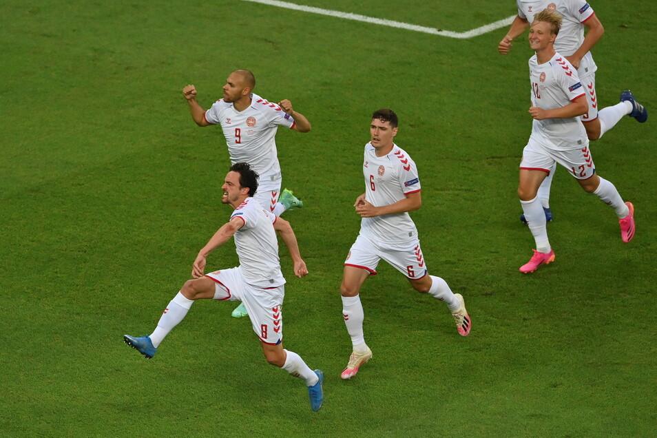 Dänemarks Thomas Delaney (links) bejubelt sein Tor zum 1:0 mit seinen Mannschaftskollegen.
