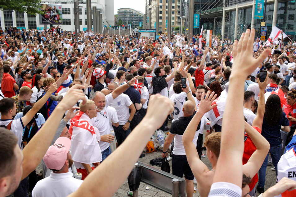 Ohne Masken oder Abstand: Englische Fans versammelten sich schon Stunden vor dem Finalspiel gegen Italien in London.