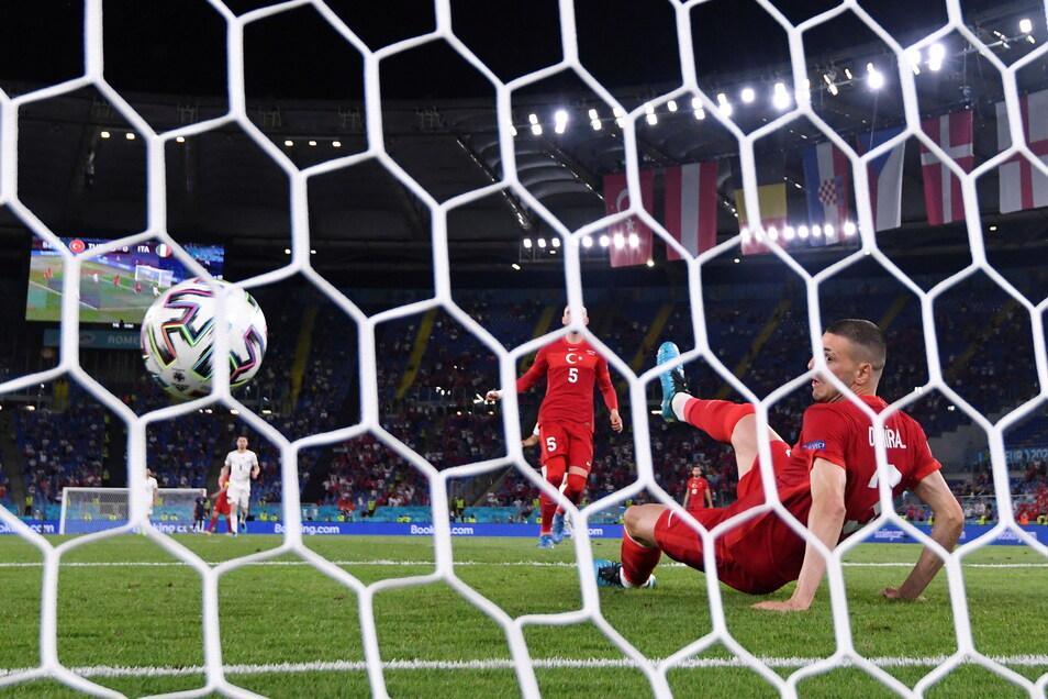 Bitterer Moment für die Türkei: Merih Demiral (r) erzielt das Eigentor zum 0:1.
