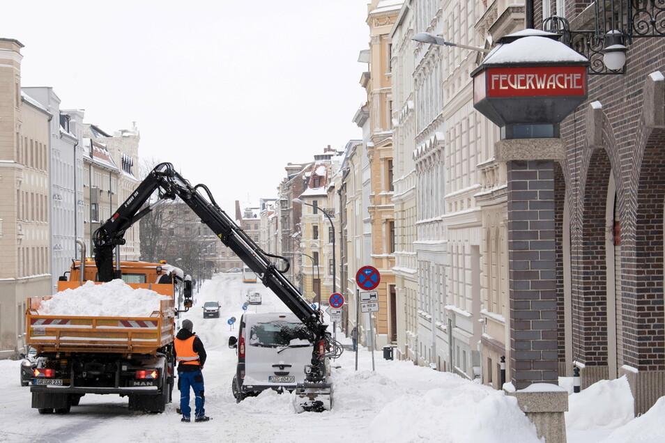 Winterdienst in Görlitz, hier an der Krölstraße: Noch reichen Salz und Split.