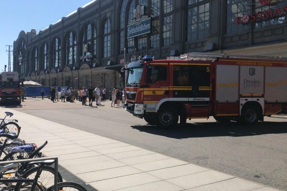 Feuerwehren rückten am Freitagvormittag am Dresdner Hauptbahnhof an.