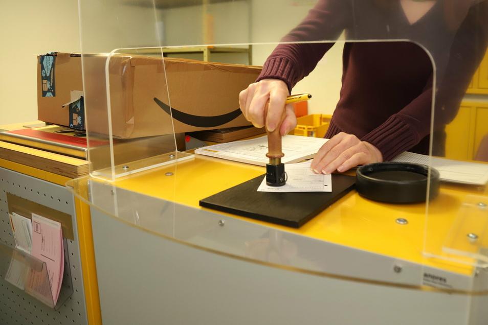 In der posteigenen Filiale in Kodersdorf werden die Pakete noch abgestempelt und nicht mit Etiketten aus dem Computer versehen.