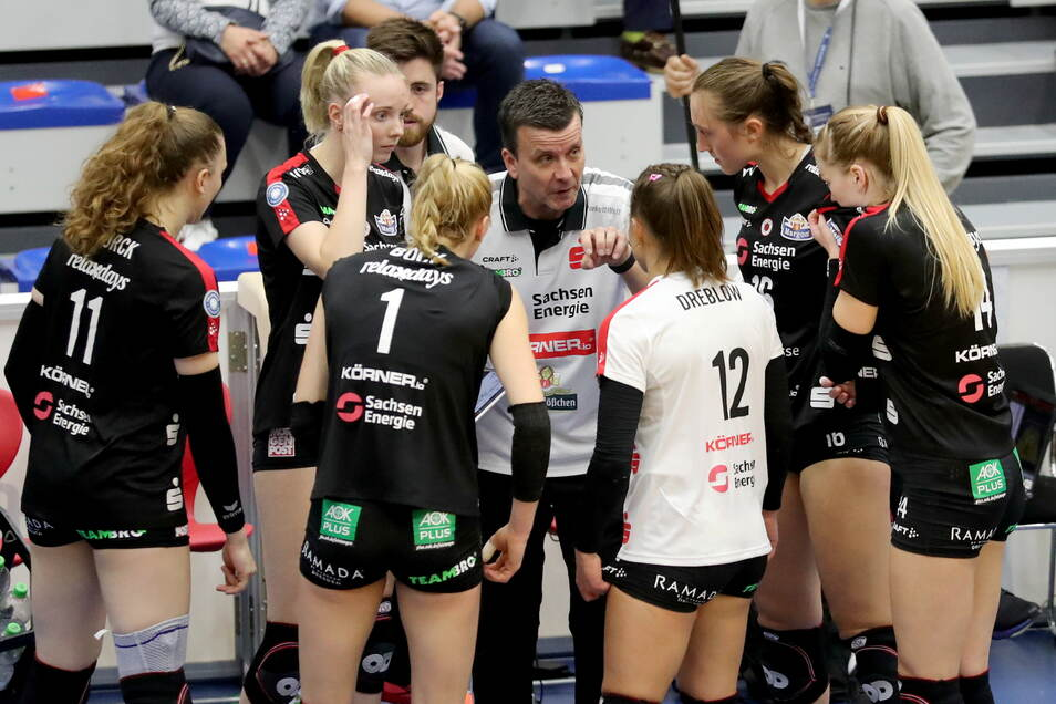 DSC-Trainer Alexander Waibl schwört seine Spielerinnen während einer Auszeit noch mal ein. Die Dresdnerinnen gewinnen den Supercup.