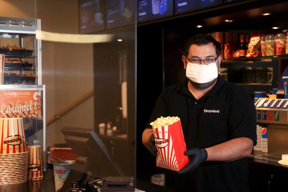 Alexander Malt betreut den Filmpalast in Riesa und Meißen. Die Kinos sind unter strengen Auflagen jetzt wieder geöffnet - zur Freude der zahlreichen Kinofans.