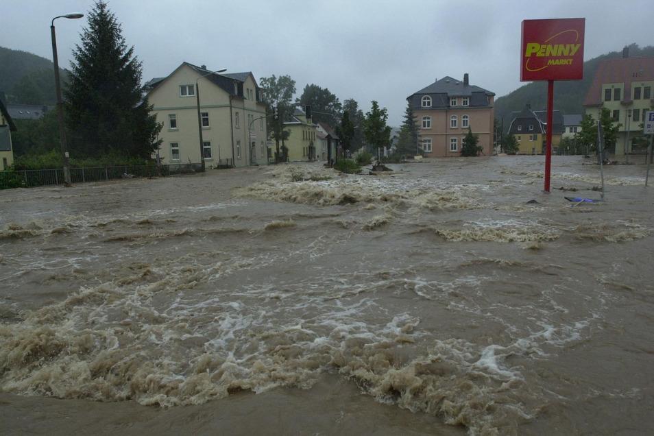 Hier überfluten im August 2002 die Rote Weißeritz und der Pöbelbach das Zentrum von Schmiedeberg. Der neue Damm hätte davon einiges aufhalten können.