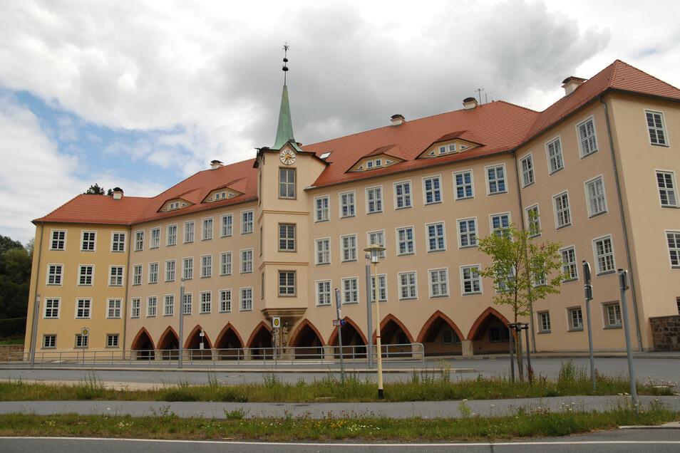Im imposanten Gelb zeigt sich der Jugendstilbau der Olbersdorfer Schule. Das 1924 übergebene Gebäude hatte viele Vorgänger. Bereits 1651 wurde von einem Schulhaus im Niederdorf berichtet. Doch das erwies sich bald zu klein. Weitere Schulen folgten.