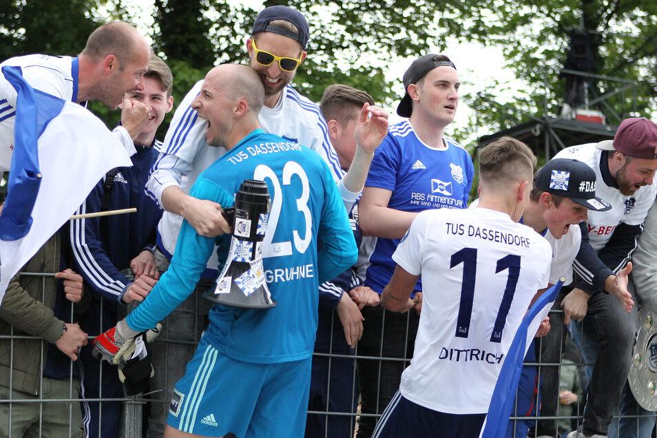 Christian Gruhne, Maximilian Dittrich (v.l.) werden nach dem Triumph von den Fans gefeiert.
