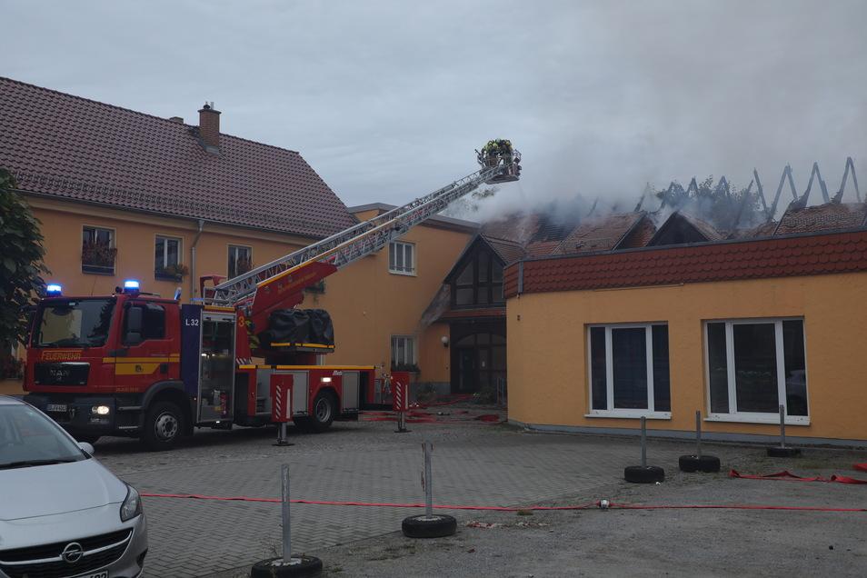 Die Feuerwehr musste in Weißig ein brennendes Hausdach löschen.