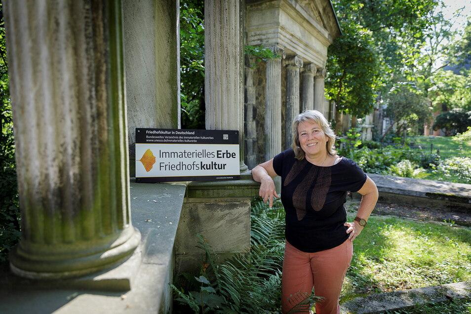 Die Görlitzer Friedhofschefin Evelin Mühle kann sich freuen: 13 Spender überwiesen mehr als 2.000 Euro.