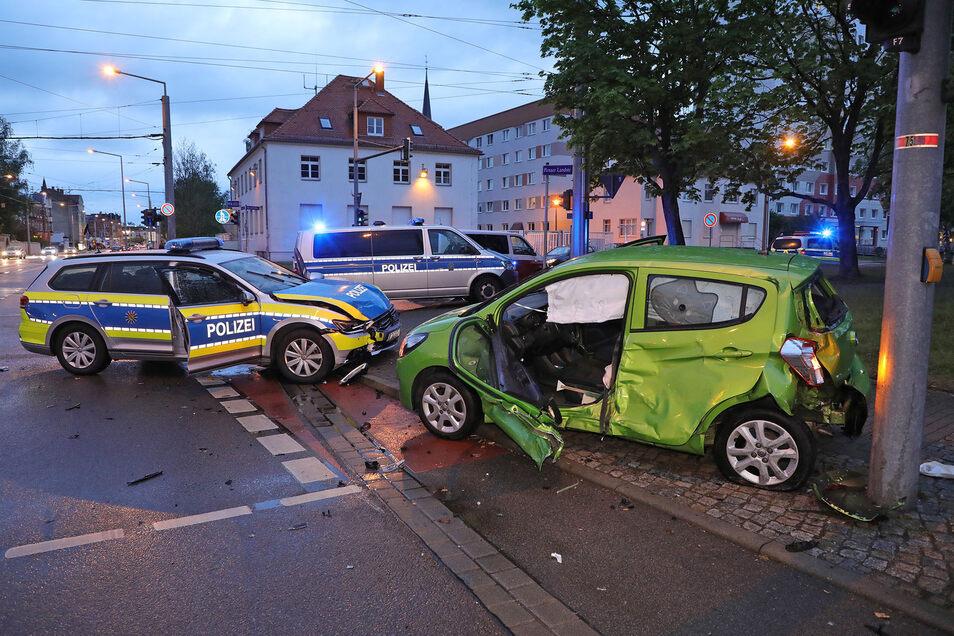In Leuben stießen der Polizei-Passat und ein Kleinwagen zusammen. Die Beamten waren mit Blaulicht unterwegs.