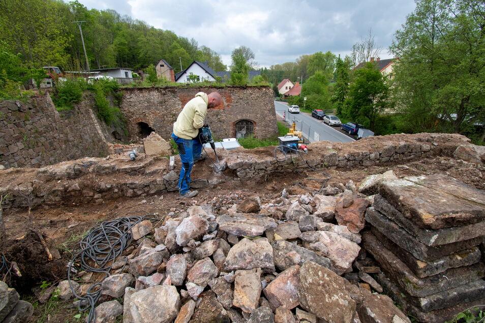 Die ersten Bauarbeiter haben ihre Arbeiten auf den Kalköfen im Ostrauer Ortsteil Münchhof begonnen. Zukünftig sollen sie touristisch nutzbar sein.