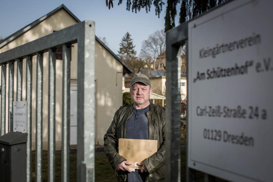 """Frank Volland vom Kleingartenverein """"Am Schützenhof"""" in Dresden-Trachau will verhindern, dass den Gärtnern der Zugang gekappt wird."""