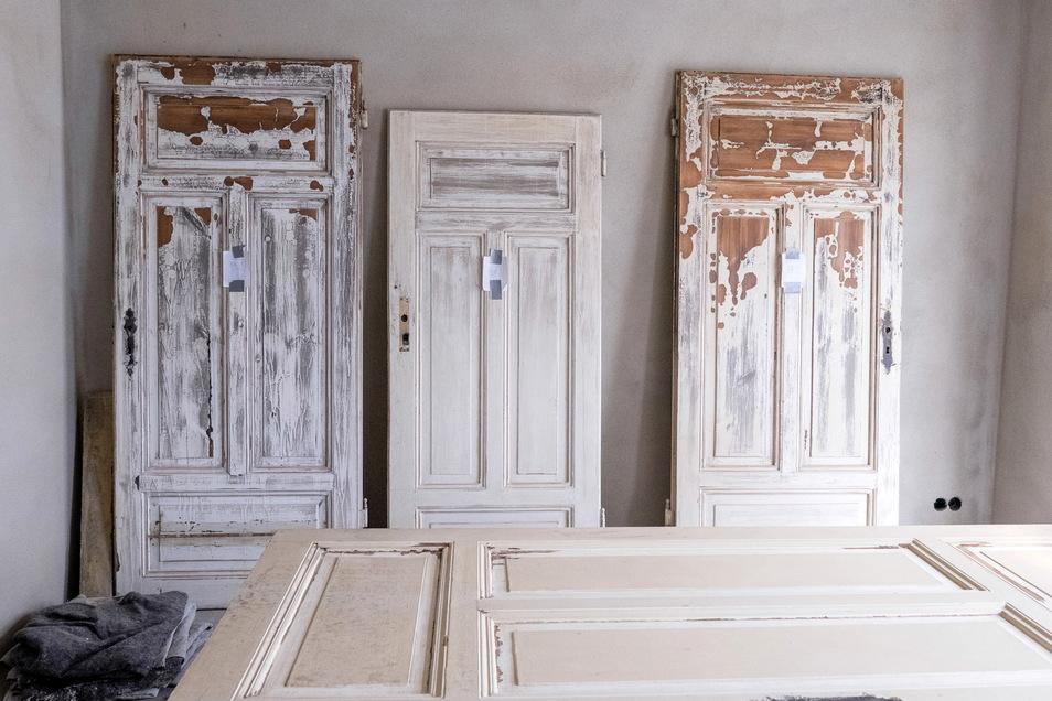 Diese alten Türen konnten geborgen werden. Sie werden alle aufgearbeitet und wieder eingesetzt.